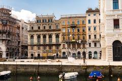 Triëst, Italië 7,2017 Juli: Voorgevels van gebouwen langs het Grande-Kanaal royalty-vrije stock foto