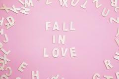 Tri de l'automne de lettres dans l'amour sur le rose Image libre de droits