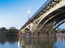 Triana bro, Seville på skymningen Royaltyfri Bild