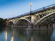 Triana bro, Seville på skymningen Royaltyfria Foton