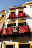 Triana cuartea los balcones durante semana santa, Sevilla, Andalucía, España Imagenes de archivo