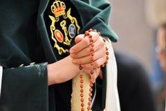 Triana nazarene, kobieta z różanem w jej rękach, bractwo nadzieja, Święty tydzień w Seville, Andalusia, Hiszpania Fotografia Stock