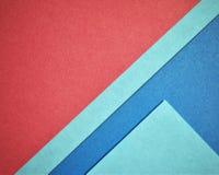 Triangelbakgrund med rött och blått färgpapper Arkivfoton