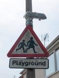 Triangellekplatsen undertecknar in nära övre för gata royaltyfri bild