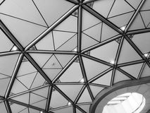 Triangeltakdesign i svartvitt Arkivfoton