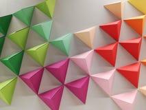 Trianglar av kulört papper Arkivfoto