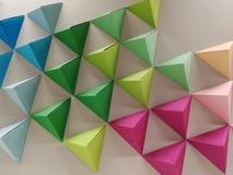 Trianglar av kulört papper Arkivbilder