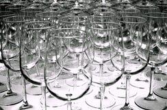 Triangle des rangées vides en verre de vin pour goûter disposée à une exposition de vin images stock