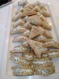 Triangledsandwiches met creamcheese worden gevuld die Stock Foto's