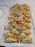 Triangledsandwiches met eisalade die worden gevuld Stock Afbeelding