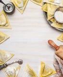 Triangoli de ravioli faisant, préparation sur le fond en bois blanc, vue supérieure, cadre photographie stock libre de droits