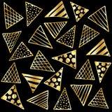 Triangoli dell'oro del fondo sul nero Immagine Stock