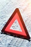 Triangolo d'avvertimento sulla strada Immagine Stock