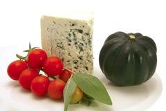 Triangolo del formaggio del roquefort con il pomodoro di ciliegia Fotografie Stock