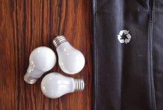 Triangolo di riciclaggio mimico delle lampadine fotografia stock