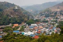Triangolo dorato Vista di grande statua di Buddha sulla collina Mae Sai, in Tailandia e città di frontiera Tachileik nel Myanmar fotografie stock libere da diritti