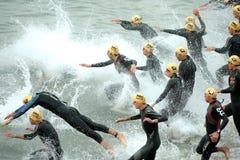 Triathles en el comienzo del Triathlon Foto de archivo