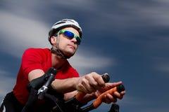 Triathlete auf dem Fahrrad lizenzfreie stockfotografie