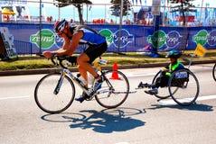 Triathlete avec le gosse désavantagé Images libres de droits