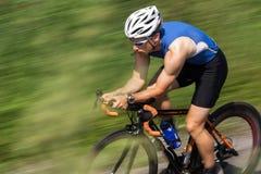 Triathlete beim Radfahren stockfotografie