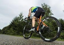 Triathlete beim Radfahren lizenzfreies stockfoto