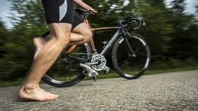 Triathlete beim Radfahren lizenzfreie stockfotografie