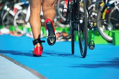 Triathlete courant dans la zone de transition Images libres de droits