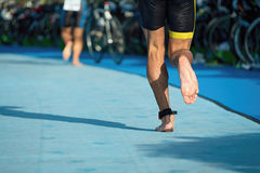 Triathlete courant dans la zone de transition Photographie stock libre de droits