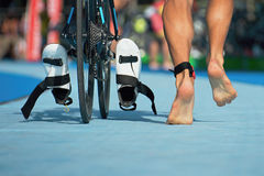 Triathlete courant dans la zone de transition Photo stock