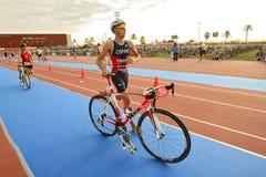 Triathlete Cristian Cofine de España en la transición Fotos de archivo