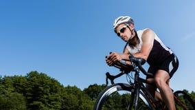 Triathlete dans le recyclage Photo stock
