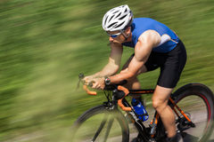 Triathlete dans le recyclage Photographie stock