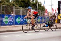 Triathlete de ciclagem fotografia de stock royalty free
