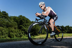 Triathlete in de mening van een wormoog Stock Foto's