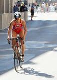 Triathlete Elena Danilova stående övre cykla Arkivfoton