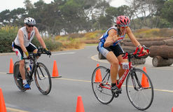 Triathlete femelle sur le vélo Image libre de droits