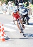 Triathlete Flora Duffy cykla som följs av filmlaget Royaltyfri Fotografi