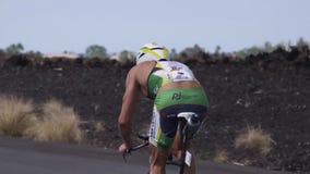 Triathlete het cirkelen in langzame motie stock footage
