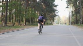 Triathlete je?dziecki bicykl w miasto parku z comberu Triathlon poj?cie swobodny ruch zbiory wideo