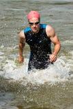 Triathlete kommer ut ur vattnet Royaltyfri Fotografi