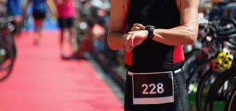 Triathlete-Kontrollen seine Zeit lizenzfreie stockfotos