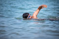 Triathlete mężczyzna stylu wolnego pływacki kraul w oceanie obrazy stock