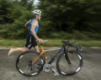 Triathlete mit einem Fahrrad lizenzfreies stockbild