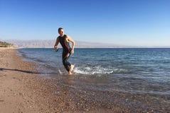 Triathlete professionale che pratica in open water Nuotando nel Se Fotografia Stock