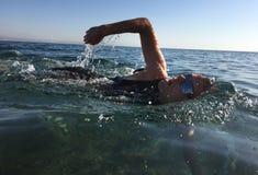 Triathlete professionale che pratica in open water Nuotando nel Se Fotografie Stock