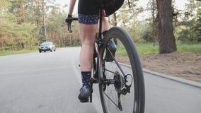 Triathlete-Reitfahrrad im Stadtpark-Weiletraining Radelnde Technik Beinmuskeln schlie?en oben Triathlonkonzept
