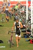 Triathlete sulla zona di transizione Fotografia Stock