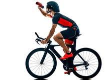 Triathlete triathlon cyklisty kolarstwa sylwetka odizolowywa? bia?y b zdjęcie royalty free