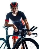Triathlete triathlon cyklisty kolarstwa sylwetki bielu t?o fotografia royalty free
