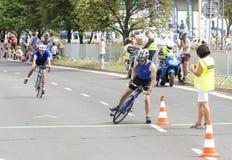 Triathletes достигая зону переходной структуры во время первой гонки Szczecin триатлона стоковые изображения rf
